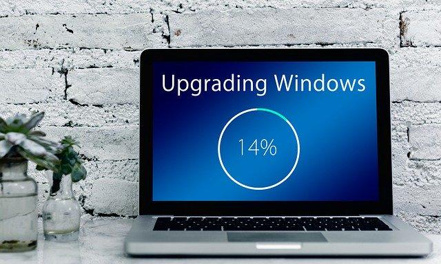 アップグレード中のパソコンの写真